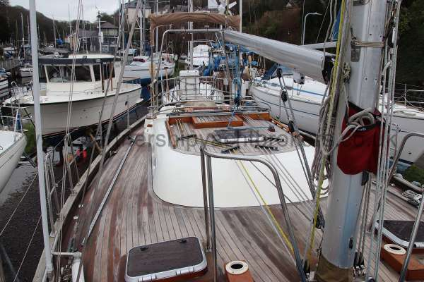 Classic Classic 45  Deck view - note the support bars at the mast