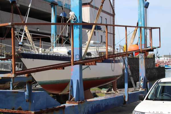 Sadler Phoenix 27 On the hoist - just anti fouled