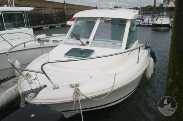 Jeanneau Merry Fisher 585 Port bow view -