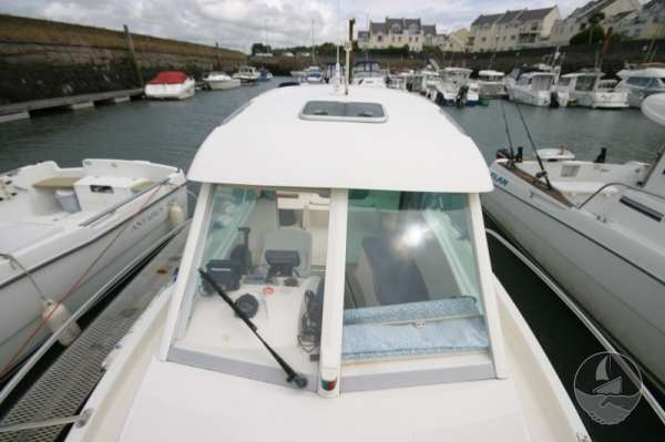 Jeanneau Merry Fisher 585 Wheelhouse seen from fore deck -