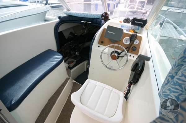 Jeanneau Merry Fisher 585 Helm position and seat -