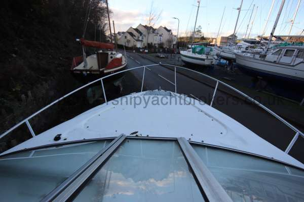 Regal 2465 Commodore The fore deck -