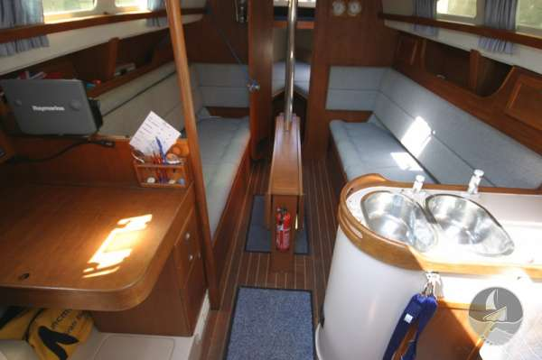 Hunter Channel 32 Saloon view -