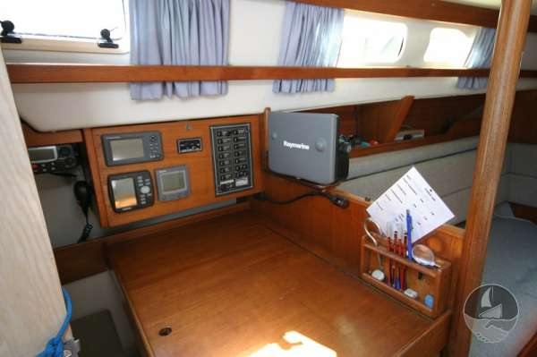 Hunter Channel 32 Navigation station -