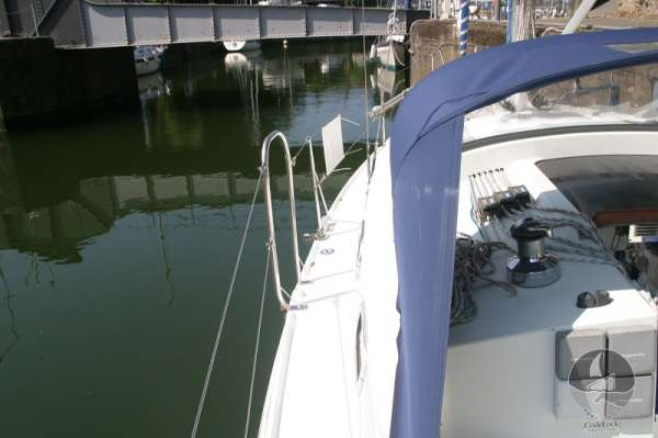 Hunter Channel 32 Port side deck looking forward -