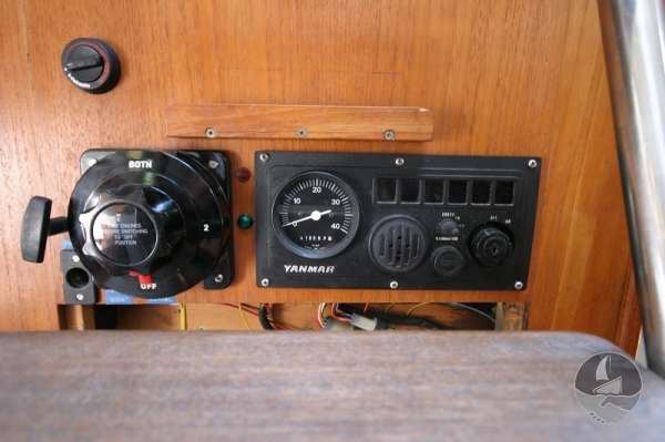 Hunter Channel 32 The engine control panel -