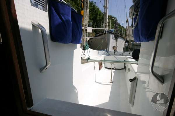 Hunter Channel 32 The cockpit seen from the saloon -