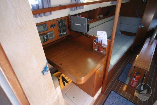 Hunter Channel 32 The saloon port side view -