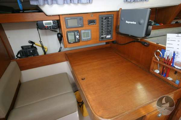 Hunter Channel 32 The navigation table and istruments -