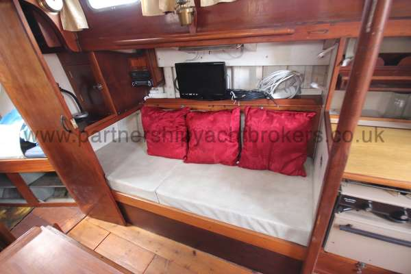 Hillyard 16 Ton Hillyard 16 Ton  - starboard side settee