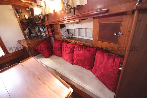 Hillyard 16 Ton Hillyard 16 Ton  - port side settee