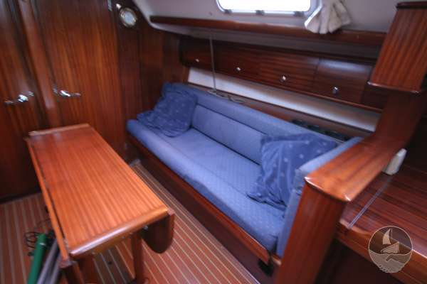 Bavaria 36 The starboard side settee -