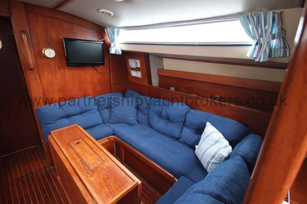 Moody 33S Moody 33S - Starboard settee converts to double berth