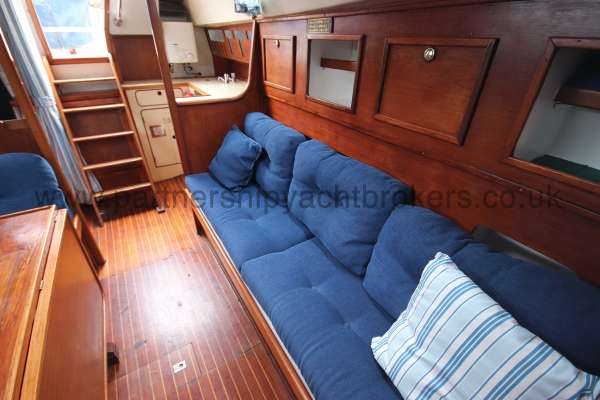 Moody 33S Moody 33S - Port side settee berth