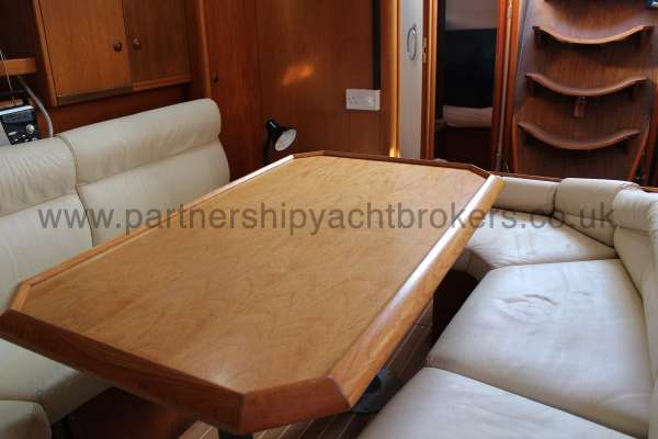 Jeanneau Sun Odyessy 42.2 Jeanneau Sun Odyessy 42.2 - Saloon Table