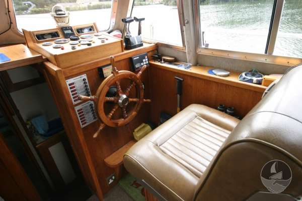 Aquastar 33 the helm position -