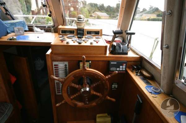 Aquastar 33 The helm and instruments -