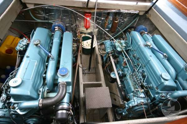 Aquastar 33 The engine compartment -