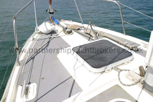 Fisher 25 The fore deck -
