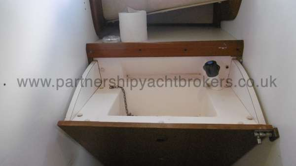 Fisher 25 The washbasin in the heads compartment -