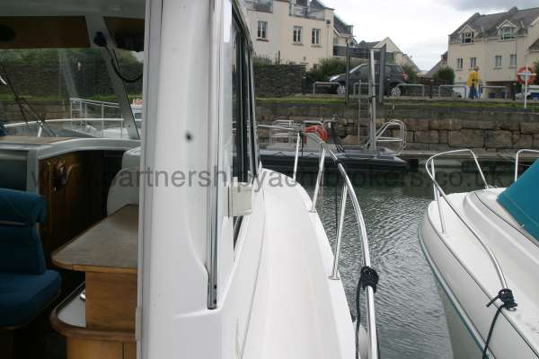 Beneteau Antares 760 Starboard side deck view -