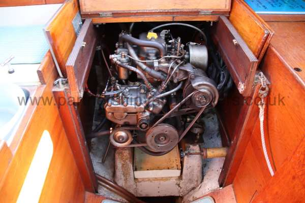 Twister 28 The engine compartment -