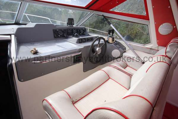 Sealine Ambassador 285 The helm position and seats -