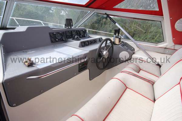 Sealine Ambassador 285 The helm position -