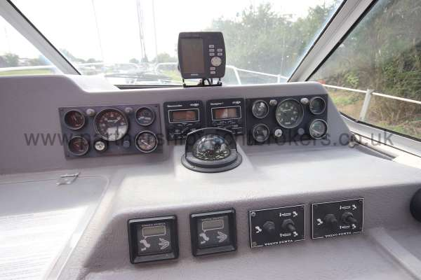 Sealine Ambassador 285 Instruments at the helm -
