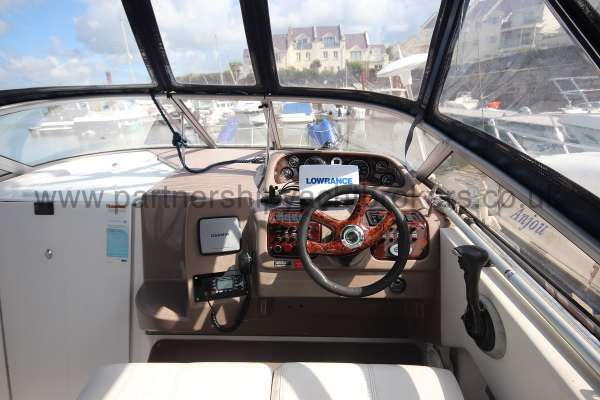Regal 2665 Commodore The helm -
