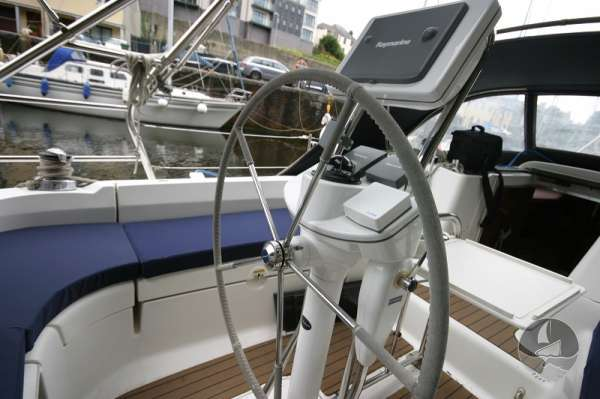 Hunter Legend 38 The helm -