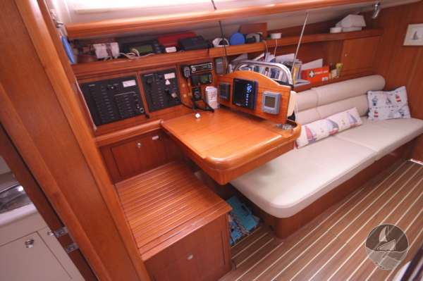 Hunter Legend 38 Navigation table -