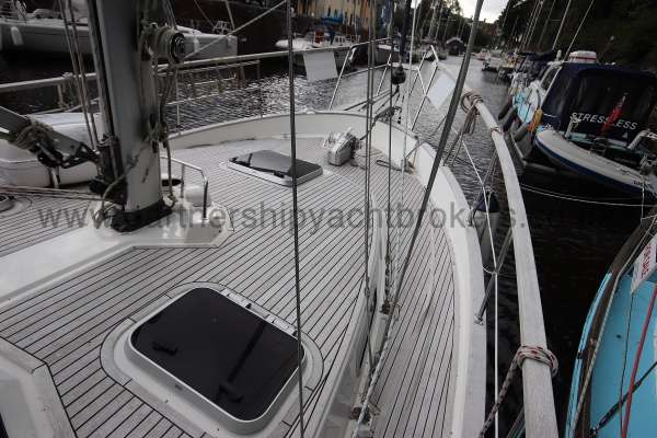 Nauticat 331 Deck view - Starboard side