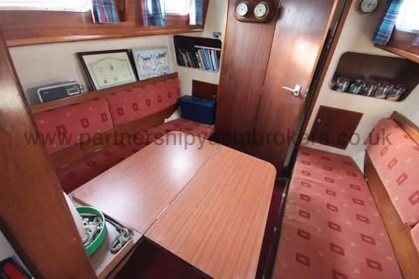 Seadog 30 Saloon view - Saloon table extended